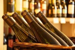Бутылки вина в магазине вина Стоковые Фотографии RF