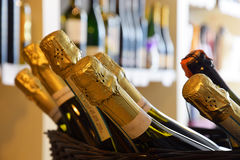 Бутылки вина в магазине вина Стоковая Фотография RF