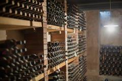 Бутылки вина в погребе Стоковое Изображение RF