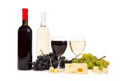 2 бутылки вина и виноградин Стоковое Изображение