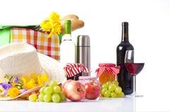Бутылки вина и корзины пикника с очень вкусной едой Стоковая Фотография RF
