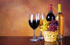 Бутылки вина и стекла вина. Корзина свежих виноградин Стоковое Изображение RF