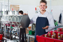 Бутылки вина мужского работника упаковывая на фабрике игристого вина Стоковая Фотография RF