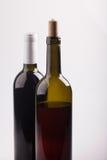 2 бутылки вина на белом крупном плане предпосылки Стоковая Фотография