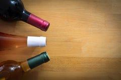 Бутылки вина на деревянной таблице Стоковое Фото