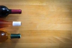 Бутылки вина на деревянной таблице Стоковые Изображения