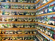 Бутылки вина на полках Стоковые Фотографии RF