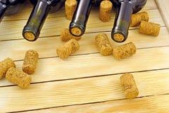Бутылки вина на предкрылках предпосылки деревянных Стоковая Фотография RF