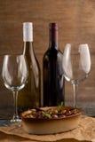 Бутылки вина оливками, который служат в контейнере Стоковое Фото