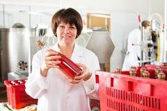 Бутылки вина работника женщины упаковывая на игристом вине Стоковые Изображения