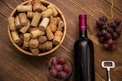 Бутылки вина, стекел вина, виноградин и пробочки wine Стоковая Фотография