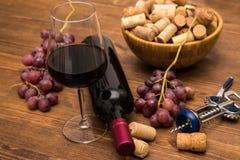 Бутылки вина, стекел вина, виноградин и пробочки wine Стоковая Фотография RF