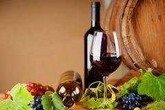 Бутылки вина, стекло, виноградины и бочонок Стоковые Изображения RF