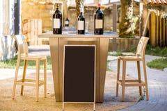Бутылки вина с пустым ярлыком на таблице Стоковая Фотография