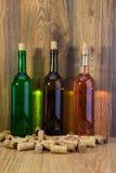 Бутылки вина с розовым вином белизны, красных и Стоковая Фотография RF