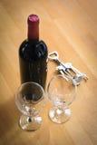 Бутылки вина с штопором на деревянной таблице Стоковая Фотография RF