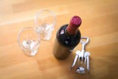 Бутылки вина с штопором на деревянной таблице Стоковые Изображения