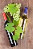 Бутылки виноградин, красных и белых вина Стоковые Фотографии RF