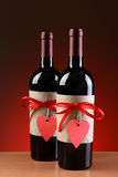2 бутылки вин украшенной для валентинок Стоковые Фото