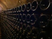 Бутылки в погребе Стоковые Фотографии RF