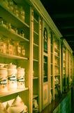 Бутылки в старой фармации Стоковое Фото