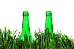 2 бутылки в траве Стоковая Фотография