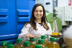 Бутылки девушки заполняя с оливковым маслом Стоковые Фотографии RF