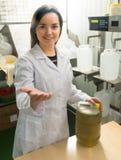 Бутылки девушки заполняя с оливковым маслом Стоковая Фотография RF