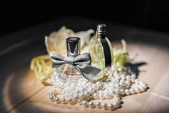 2 бутылки женских дух и жемчугов Стоковое Изображение RF