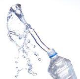 бутылки законсервируйте воду рециркулированную пластмассой Стоковые Изображения