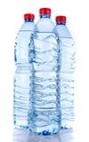 бутылки законсервируйте воду рециркулированную пластмассой Стоковая Фотография