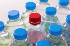 бутылки законсервируйте воду рециркулированную пластмассой Стоковое Изображение