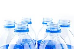 бутылки законсервируйте воду рециркулированную пластмассой Стоковые Фото
