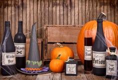 Бутылки зелья с шляпой ведьм стоковое изображение rf