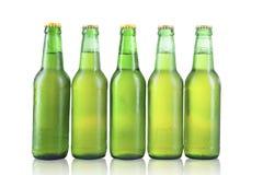 Бутылки изолированного пива с падениями Стоковое Фото