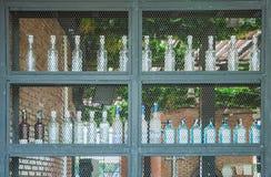 Бутылки ликера вина на полке Стоковая Фотография RF