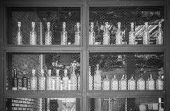 Бутылки ликера вина на полке Стоковое Изображение RF