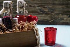 Бутылки ликера в деревянной коробке Стоковая Фотография RF