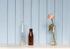3 бутылки и белой розы Стоковые Изображения RF