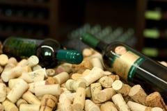 Бутылки и пробочки вина Стоковое Изображение