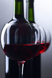 Бутылки и стекла красного вина Стоковое Изображение RF