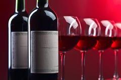 Бутылки и стекла красного вина Стоковые Фотографии RF