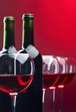 Бутылки и стекла красного вина Стоковые Фото