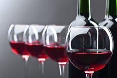 Бутылки и стекла красного вина Стоковая Фотография