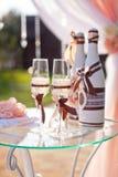 Бутылки и стекла Шампани в украшении свадьбы Стоковое Изображение