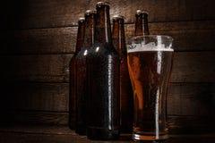 Бутылки и стекло пива Стоковые Изображения RF