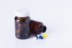 Бутылки и таблетки медицины на белой предпосылке Стоковая Фотография RF