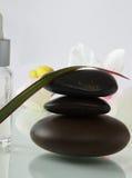Бутылки камней эфирного масла и комплекта Стоковые Фотографии RF