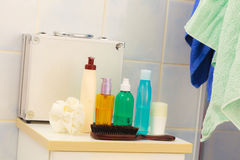 Бутылки косметик аксессуаров ванны на полке в ванной комнате Стоковые Изображения RF