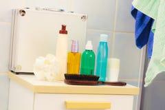 Бутылки косметик аксессуаров ванны на полке в ванной комнате Стоковое Фото